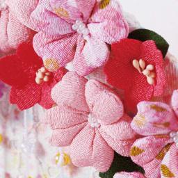 〈京都龍虎〉ちりめん舞桜雛飾り ちりめん細工の立体感のある花々。