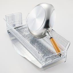 hanauta ハナウタ 皿を縦にも横にも置ける水切り ワイド ピンクゴールド 【本品】 フライパンだって立ちます! 本品 大きな道具も凸凹がしっかりホールド。立つことで、ほかの器もたくさん入って収納力増。(使用例 お届けするのはピンクゴールドです)