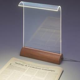 LEDデスクライト Glowide(グローワイド) アルミタイプ 本体を動かさなくても約60×40センチの広範囲を明るく照らします。(※写真は木目タイプ)