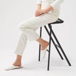 ベントスツール 後脚が斜めに張り出した美しいデザイン。脚を乗せるバーがあり、安定感のある座り心地です。