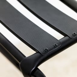 ベントスツール 座部はまっすぐでなくゆるいカーブになっているのでスチール製ですが、優しい座り心地。