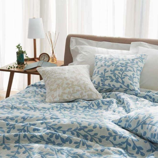 LEAF/リーフ コットンシリーズ マルチカバー ≪コーディネート例≫(ア)ブルーがとっても爽やか!ベッドルームが一気にクリーンな印象になります。 手前のクッションカバーは(イ)ベージュです。