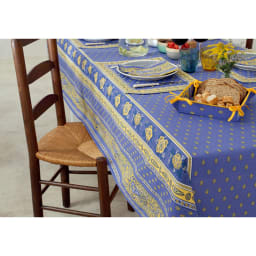 フランス製 撥水加工テーブルクロス〈バスティーユ〉 コーディネート例 (ア)ブルー ※写真は約約150×200cmタイプです。