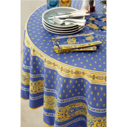 フランス製 撥水加工テーブルクロス〈バスティーユ〉 円形・直径約180cm コーディネート例 (ア)ブルー ※写真は約約150×200cmタイプです。