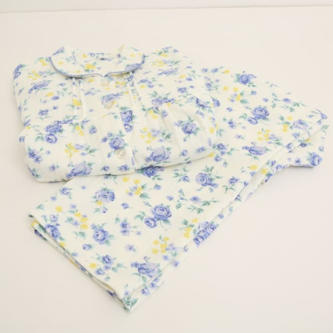 アンジャルダン ローズ柄パジャマ (イ)ブルー 大人の女性なら1着は持っていたい、ベーシックなローズ柄のパジャマ。