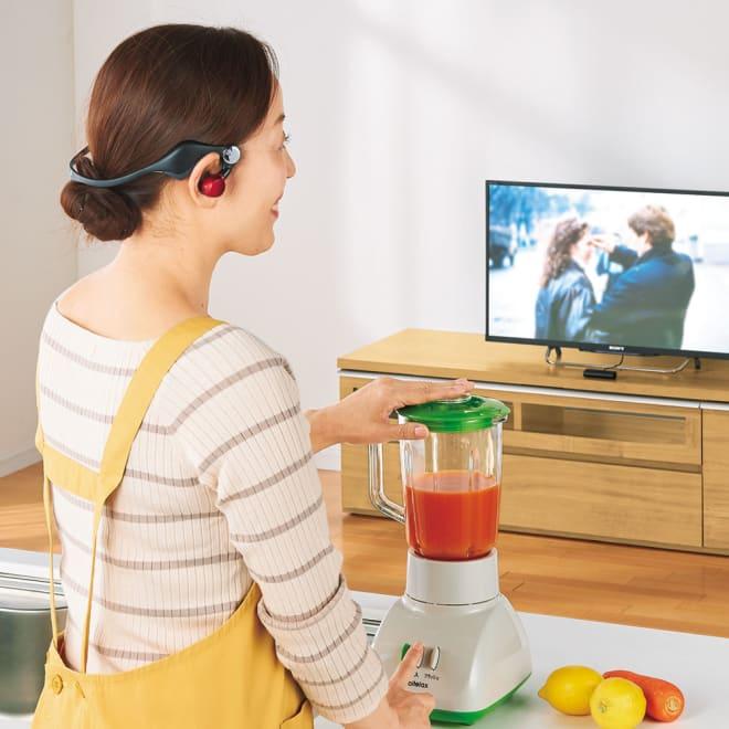 みみもとホンTV (ア)レッド 家事の最中も離れたテレビの音が良く聞こえます。 使い方はテレビに送信機をつなぐだけで簡単。