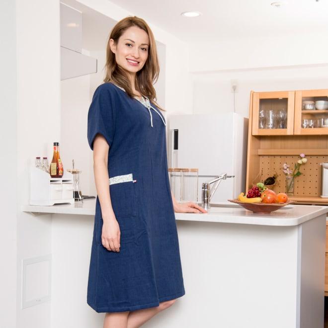 今治湯上りバスドレス (ア)ネイビー ※モデルの身長は172cmです。