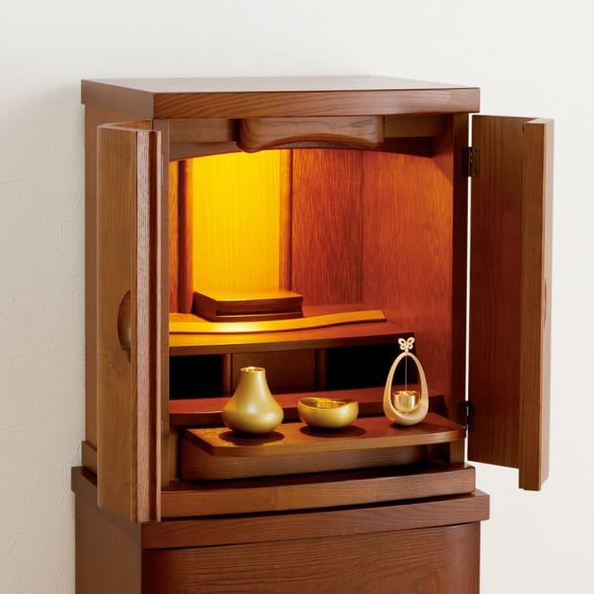 国産天然無垢扉のモダン仏壇 16号 (イ)ダーク (16号・18号共通) 中には引き出し式のトレー(奥行き16cm)と、線香などが入る引き出し収納。上部にはLEDダウンライトが付いています。