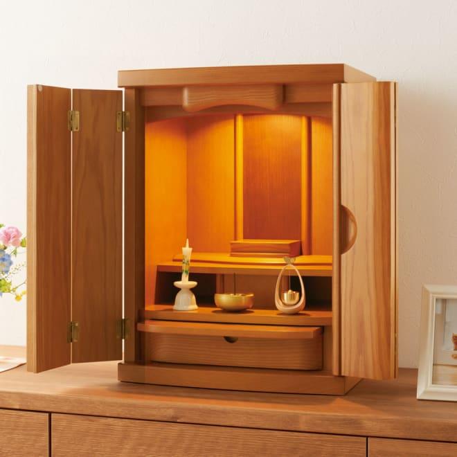 国産天然無垢扉のモダン仏壇 18号 (ア)ライト 中には引き出し式のトレー(奥行き16cm)と、線香などが入る引き出し収納。上部にはLEDダウンライトが付いています。