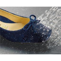 〈クロールバリエ〉NEW洗える軽量バレエパンプス3E 汚れたら丸ごと水洗い! 水洗い+自然乾燥でOK! 高品質の人工スエードだから、色落ちや色あせが少なく、気軽に水洗いして自然乾燥が可能です。
