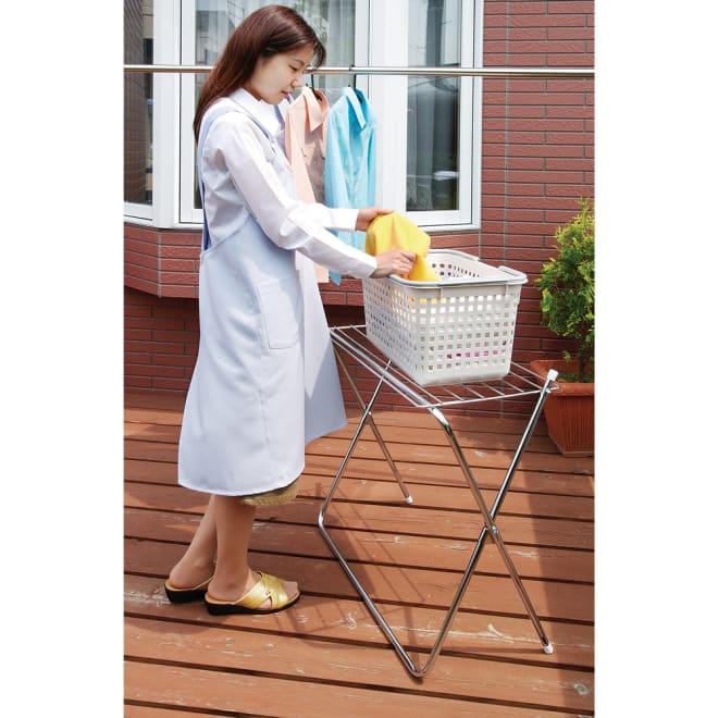 洗濯物置き台になるタオルハンガー 大 洗濯物干しをサポートする、1台2役のお役立ちタオルハンガー。