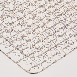 フランスベッド 棚・照明付ベッド マルチラススーパースプリングマットレス付き 高密度にコイルを編み込み体が沈み込まない十分な硬さと耐久性を実現。マットの中身が中空なので軽量で扱いやすく、通気性に優れています。