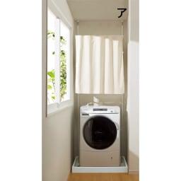 防水パンにおさまる。省スペース洗濯機ラック 標準タイプ・棚2段バスケット2個・カーテン付き (ア)ホワイト (カーテンを閉めた状態)