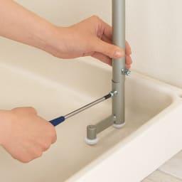 洗濯機パンに収まる 段差対応ランドリーラック 棚1段・バスケット4個 脚部も高さ調節可能なので、設置場所に応じて調整してください。