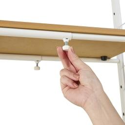 北欧テイスト ランドリーラック 棚2バスケット2個 幅の伸縮は各部にあるツマミをゆるめて調整する簡単構造。お好みの幅に設定した後に締めてください。