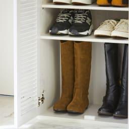 省スペースで快適なルーバー扉シューズボックス(幅90、高さ90cm) 棚板は3cm間隔で可動するので、ロングブーツも収納可能。