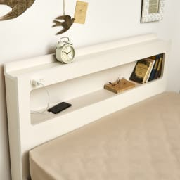 LED照明・棚付きすのこベッド フレームのみ ヘッドボードには棚があるので、枕元に置きたいものがいろいろと置けます。