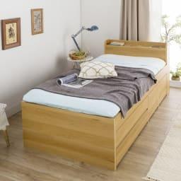 枕元すっきり収納付き天然木調チェストベッド フレームのみ コーディネート例 ※お届けはフレームのみです。 色は天然木調のナチュラル色(ブラウン系)で、ナチュラルモダンなコーディネイトの寝室によく合います。