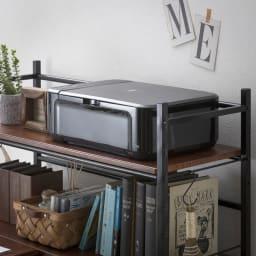木目調ラック付きパソコンデスク(デスク幅91cm・ラック 幅50cmセット) ラックの奥行が35cmあるのでプリンターも収納可能。すぐに手が届くので、作業がはかどります。