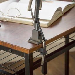 木目調ラック付きパソコンデスク(デスク幅91cm・ラック 幅95cmセット) デスクの天板にはクランプタイプのデスクライトが設置可能。