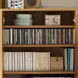 扉つきカウンター下収納 幅119cm(4枚扉) 本体奥行15cmなので、CDや文庫本なども収納できます。
