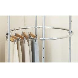 耐荷重50kg ダブル掛け回転ハンガーラック 下段ハンガーは8cmピッチ3段階で調節可能。収納する洋服の丈に合わせてご使用ください。