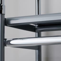 奥行30cm突っ張りハンガー ロータイプ 幅140~250cm 上部ハンガーバーは耐荷重約60kg。たっぷり掛けられる頑丈仕様です。