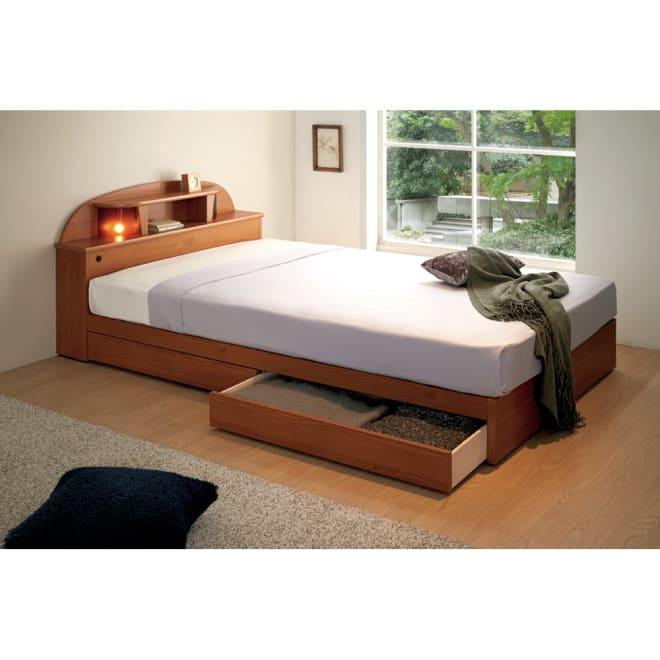 フランスベッド 棚・照明付ベッド マルチラススーパースプリングマットレス付き 使用イメージ(イ)ナチュラル ※写真はセミダブルです。