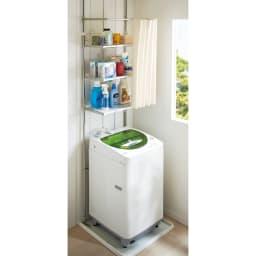 洗濯機パンに収まる段差対応ランドリーラック 棚3段・カーテン付き 人気の棚3段タイプの「カーテン付き」タイプです。簡単に隠せるので、洗面所周りを清潔な印象に保つことができます。