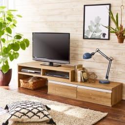 お部屋に合わせてぴったり 伸縮式オープンテレビ台(幅105cm~168cm) 最大伸長時(幅168cm)として使用。(ア)ブラウン