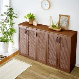 省スペースで快適なルーバー扉シューズボックス(幅90、高さ90cm) コーディネート例(イ)ダークブラウン
