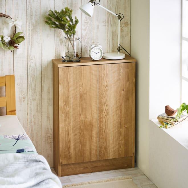 扉つきカウンター下収納 幅59cm(2枚扉) 本体奥行わずか20センチなので、寝室など限られたスペースにも設置できます。