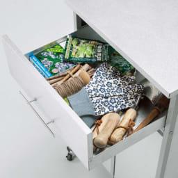 1台3役!ダスト&ソイル収納庫 ワイド 引き出しはツールや細かい肥料の整理に。