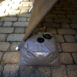 サマーオーニング洋風たてす 高さ300cm ウェイト袋には、たてす支柱を挿し込める構造。しっかり固定でき、倒れるのを防ぎます。
