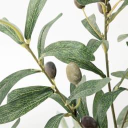 人工観葉植物オリーブ 高さ106cm 鉢カバーなし 表裏で色合いが異なる、ほっそり美しい葉形。