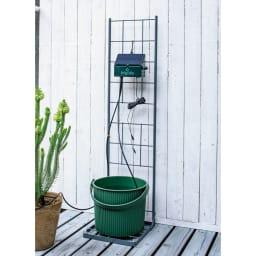 英国企画ソーラー自動灌水機専用スタンド 使用イメージ スタンドにバケツを、本体は上部をフックに引っかけて。省スペースに設置OK。