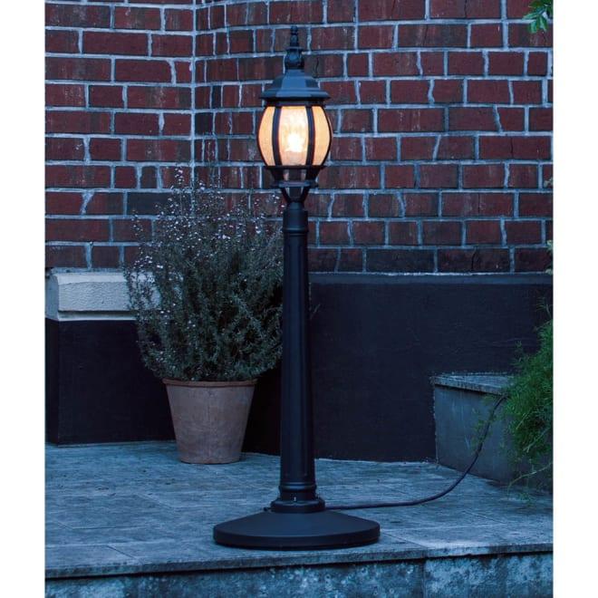 ローボルトストリートライト 1灯 低電圧で電気工事不要、付属のコントローラーを介して屋外用コンセントに差すだけ。天気に左右されない安定した明るさもポイント。