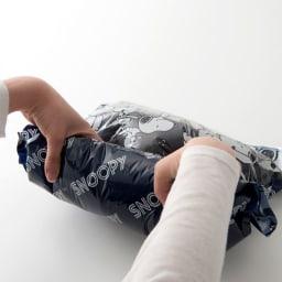 SNOOPY(スヌーピー)/衣類圧縮袋 Mサイズ4枚セット(手で簡単に圧縮可能)|PEANUTS 手で丸めるだけで簡単に空気を抜くことができます。