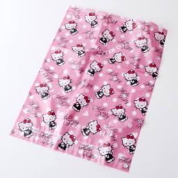 Hello Kitty(ハローキティ)/衣類圧縮袋 Mサイズ4枚セット(手で簡単に圧縮可能) 表:ウインクしたキティがとってもかわいいデザイン♪Hello Kittyのロゴも入っています♪隙間から、中身が一目で分かります。
