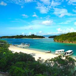 デイゴ舞(マイ) 石垣島で一番の人気は川平湾。色とりどりのサンゴや熱帯魚たちの優雅に泳ぐ姿を、グラスボートで楽しめます。