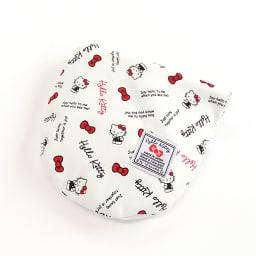 Hello Kitty(ハローキティ)/スタンダードロゴ柄 ネックピロー (イ)ネックピローは、背面のポケットに収納でき、小さく携帯できます。
