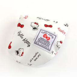 Hello Kitty(ハローキティ)/スタンダードロゴ柄 ミニネックピロー 小さめサイズ・キッズ向き (イ)ネックピローは、背面のポケットに収納でき、小さく携帯できます。