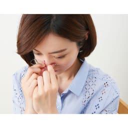 コンパクトルーペグラス 拡大鏡 シリコン部分を手で軽く広げ、鼻の背にフィットするようにはさむだけ。