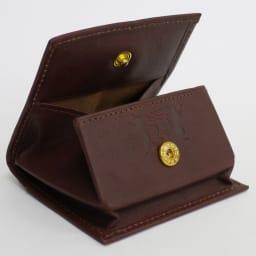 わちふぃーるど/エンペラー小銭入れ 茶・ダヤン ボタンの所に箔押しがされています