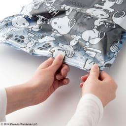SNOOPY(スヌーピー)/衣類圧縮袋 Mサイズ4枚セット(手で簡単に圧縮可能)|PEANUTS 抜いた空気が戻らない構造で、入口のジッパー部分はスライダーで簡単に密封できます。