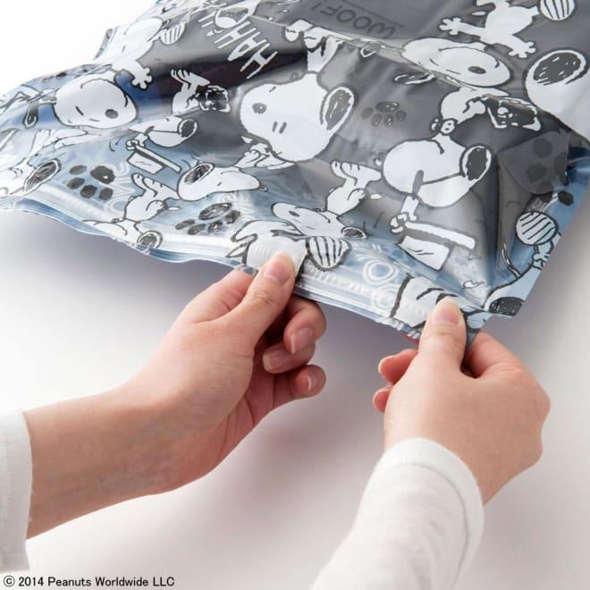 SNOOPY(スヌーピー)/衣類圧縮袋 Lサイズ4枚セット(手で簡単に圧縮可能) PEANUTS 抜いた空気が戻らない構造で、入口のジッパー部分はスライダーで簡単に密封できます。
