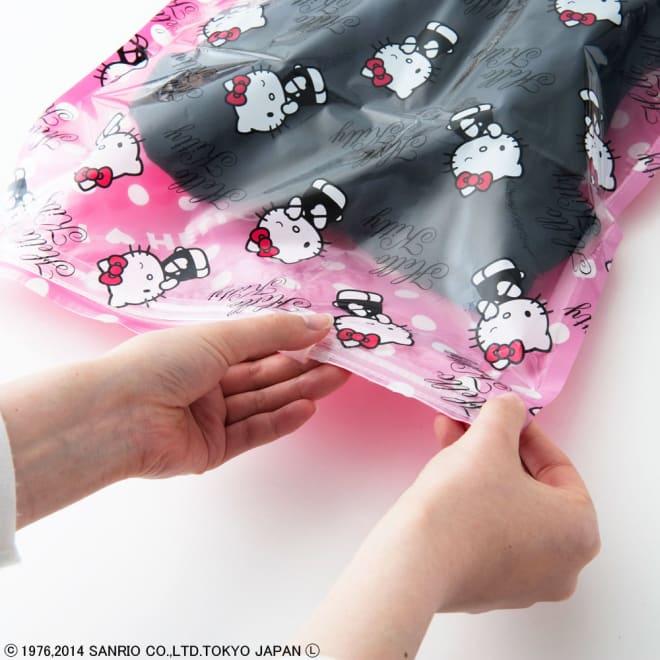 Hello Kitty(ハローキティ)/衣類圧縮袋 Mサイズ4枚セット(手で簡単に圧縮可能) 抜いた空気が戻らない構造で、入口のジッパー部分はスライダーで簡単に密封できます。