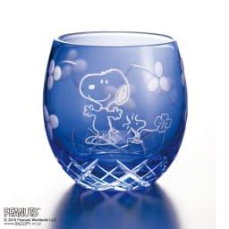 SNOOPY(スヌーピー)/江戸切子グラス いきいき瑠璃色 PEANUTS 青空の中、四つ葉のクローバーをさがしに出発する元気なスヌーピーとウッドストック。