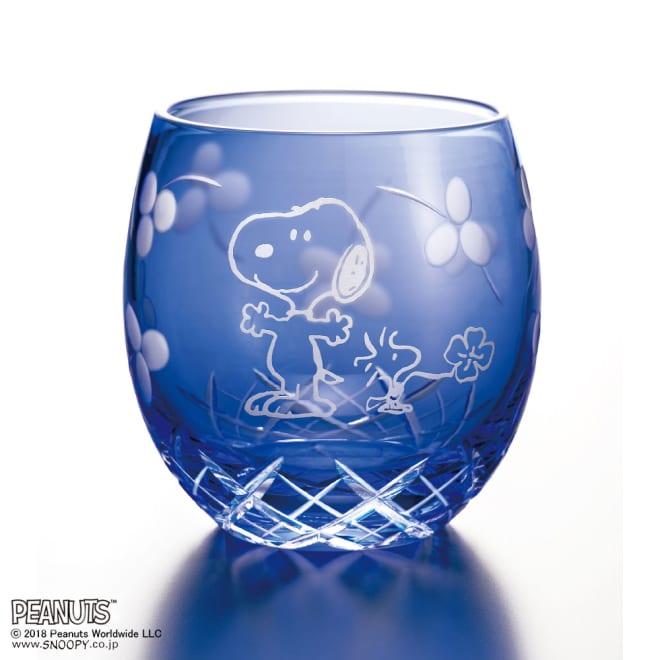 SNOOPY(スヌーピー)/江戸切子グラス いきいき瑠璃色|PEANUTS 青空の中、四つ葉のクローバーをさがしに出発する元気なスヌーピーとウッドストック。