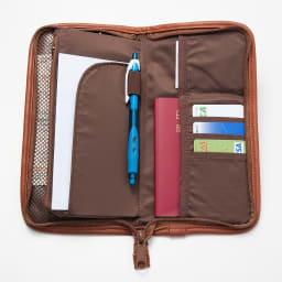 LOGOシリーズ/トラベル・マルチケース(スキミング防止機能付き) 収納力抜群で、カードポケット4つ、航空チケット、パスポート、お札、ペンが収納可能。